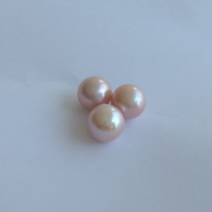 A set of three round pearls not drilled PP34X3