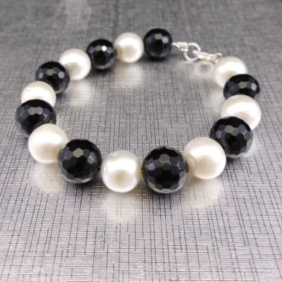 Bracelet made of white pearls and agate PB17