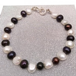 Bracelet made of real black and white round pearls and corn 19 cm PB52/33-2
