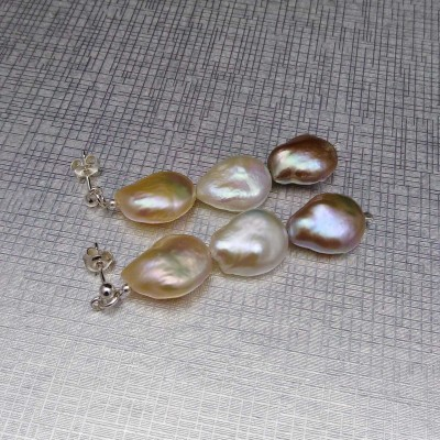 Hanging earrings with 15 mm coin-colored pearls on the PKW21MIX stick