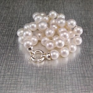 Necklace made of real white pearls with a decorative clasp 49 cm PNS19