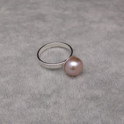 A ring with a pink pearl PPi08-C