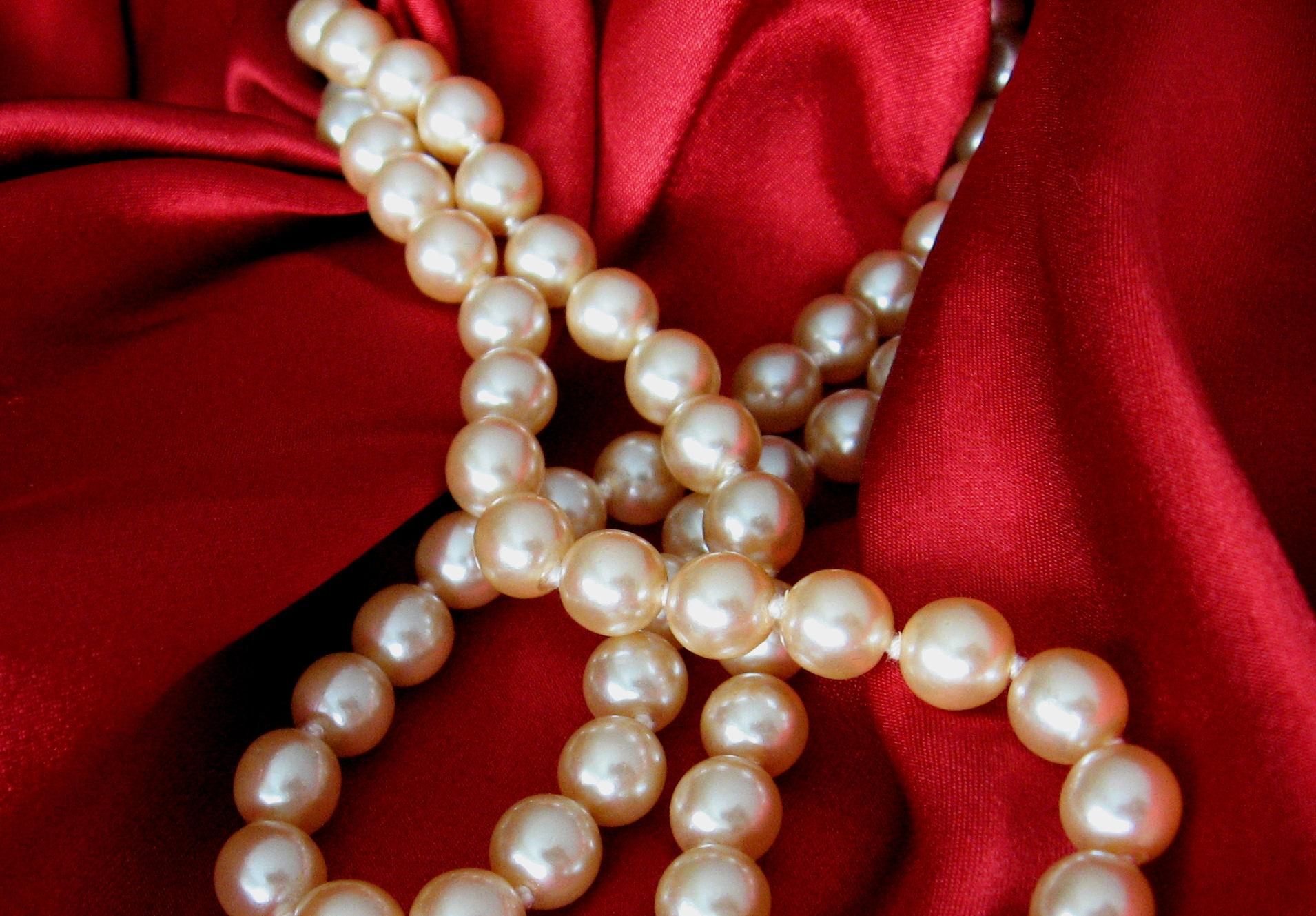 Stylizacje z perłami – do czego można je zakładać?